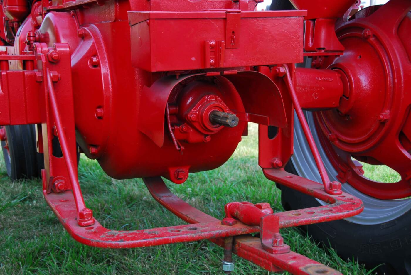 The working end of the MD shows the swinging drawbar and the non-live PTO.