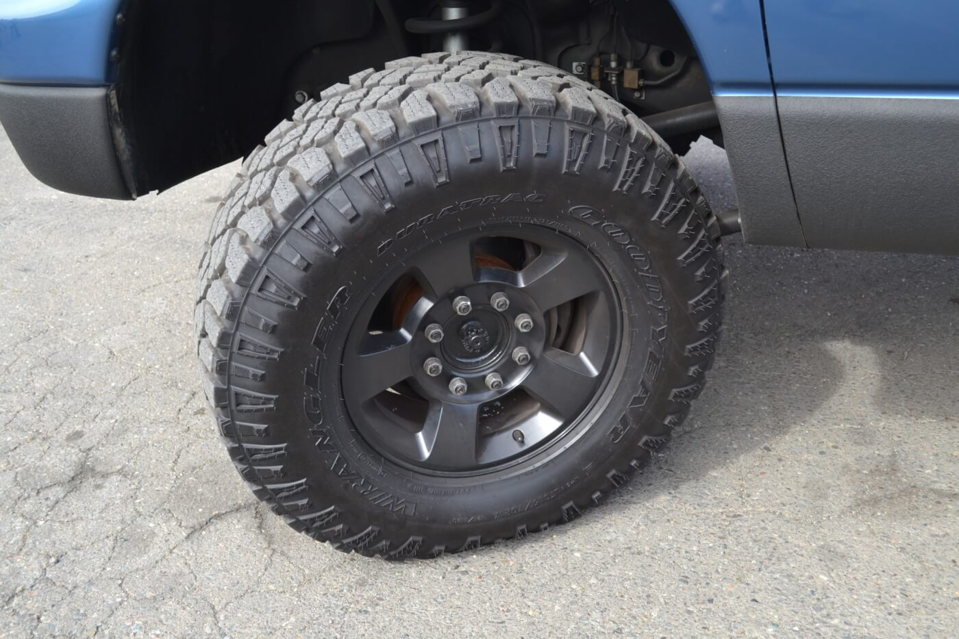 Another item that was left stock are the wheels. To match the lower half of the truck, they were powder coated black.