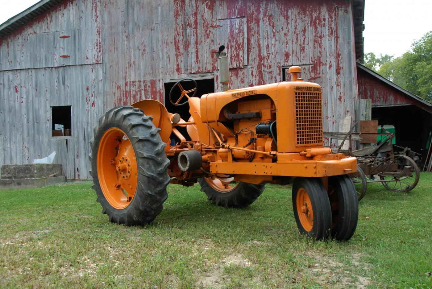 The Biller's 1950 SD-3 rowcrop was purchased with many of the bells and whistles, including both drum and live shaft PTO, live hydraulics and lights. Not ordered was the adjustable wide front axle, rear 3-point lift and big-bore engine. Base price was $2,995 but we don't have a price list for the extras. The tractor has a bit of an Allis-Chalmers look to it but the resemblance is only superficial and unintended.