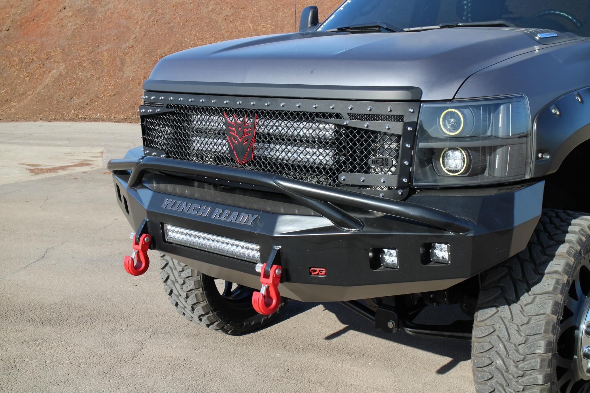 The leading edge was equipped with a Winch Ready prerunner bumper fitted with Monster recovery hooks and a Rigid Industries 20-inch E series LED light bar with four dually LEDs. A Royalty Core RC2 grille is flanked by a pair of Plain an Simple projector/halo HID headlights.